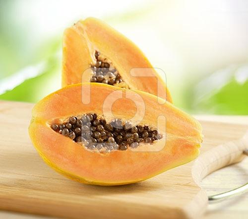 papaya gesneden op een houten snijplank