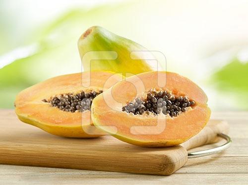papaya heel en gesneden op een houten snijplank 2