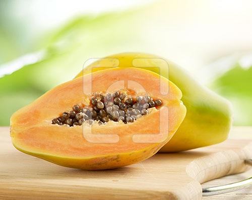 papaya heel en gesneden op een houten snijplank