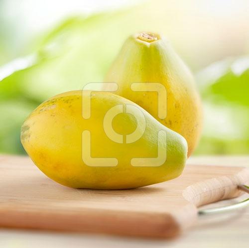 papaya's heel gefotografeerd op een houten dienblad