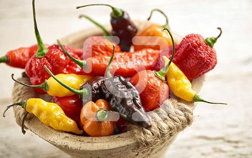 pepers mix gefotografeerd in een stenen bakje