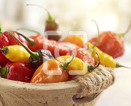 pepers mix gefotografeerd in een stenen schaaltje
